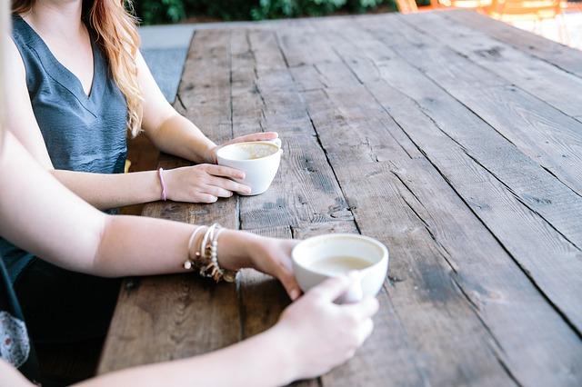リラックスでコーヒーを飲む
